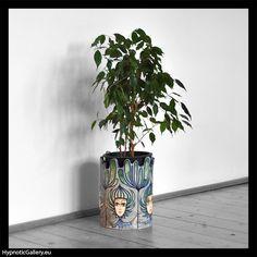 Big ceramic flowerpot holder painted in blue graphics. Duża ceramiczna osłonka na doniczkę malowana w niebieską grafikę.