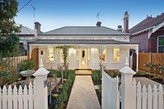 Classic Front Cottage Exterior, Exterior House Colors, Exterior Design, Victorian Cottage, Victorian Homes, Weatherboard House, Queenslander, Facade House, House Facades