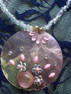 Colar em Murano e miçangas de cristal. <br>Colar mede 46 cm. <br>Pingente em Madrepérola mede 05 cm.