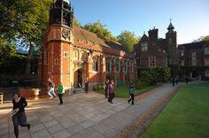 """""""Newnham:  Ideal para estudiar en Cambridge    Cambridge es una ciudad universitaria inglesa que cuenta con varios siglos de historia desde su fundación. Se encuentra aproximadamente a 80 kilómetros de Londres.    #WeLoveBS #inglés #idiomas #Cambridge   #ReinoUnido #RegneUnit #UK  #Inglaterra #Anglaterra #College"""""""