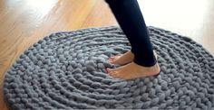 Fabriquez un tapis en laine géante seulement qu'avec des noeuds! Sans tricot, ni crochet! - Bricolages - Des bricolages géniaux à réaliser avec vos enfants - Trucs et Bricolages - Fallait y penser !