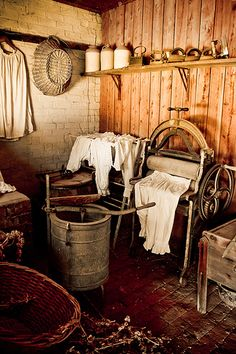 primitive laundry room complete with old wringer washer Primitive Laundry Rooms, Gratitude Day, Old Washing Machine, Washing Machines, Vintage Laundry, The Good Old Days, Country Decor, Retro Vintage, Old Things