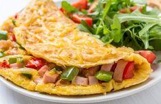 Omelett mit Hühnchen, Paprika und Rucolasalat mit Tomaten