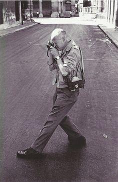 Em 1968 começou a reduzir as suas actividades no ramo da fotografia para se poder concentrar noutra das suas paixões , a pintura. Em 2003 Henri, a sua mulher e a sua filha criaram a fundação Henri Cartier-Bresson com o objectivo de preservar a sua obra. O fotógrafo foi condecorado com inúmeros prémios, e condecorações honorárias. Henri acabou por falecer em 2004 a poucas semanas de completar 96 anos. Ainda hoje é considerado um ícone da fotografia mundial. - René Burri- Havana, Cuba, 1963