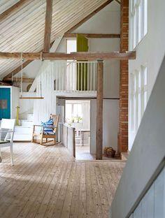 Från vardagsrummet, med sju meters takhöjd, når man sovrummen, kök och ateljé. Gungstolen är gjord av Katarinas farfars farfar Petter Magnus Nicklasson.