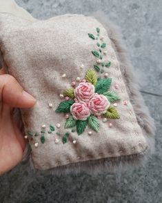 Flower Embroidery Designs, Hand Embroidery Patterns, Embroidery Art, Cross Stitch Embroidery, Knitting Patterns, Soft Furnishings, Needlework, Coin Purse, Shabby Chic