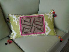 Cojin decorativo con pompones peruanos y tela Kuna