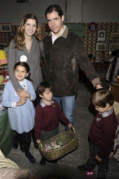 Luis Alfonso de Borbón y Margarita Vargas con sus hijos en el Rastrillo Nuevo Futuro 2013