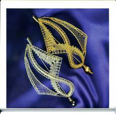 Broche Bobbin Lacemaking, Lace Art, Bobbin Lace Patterns, Lace Jewelry, Lace Making, Lace Design, Textiles, String Art, Lace Detail