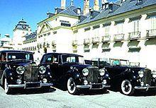 Automóvil - Wikipedia, la enciclopedia libre        Tres Rolls-Royce Phantom IV delante del Palacio Real de El Pardo (España).