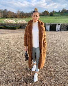 Christmas walks in the park 🍂 Winter/Autumn Fashion Inspo, OOTD, outfit ideas, Teddy coat Winter Coat Outfits, Winter Travel Outfit, Winter Fashion Outfits, New York Winter Outfit, Autumn Fashion, Brown Fur Coat, Fur Coat Outfit, Uni Outfits, Teddy Bear Coat