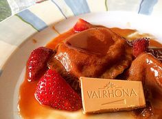 Handmade chocolate-nutella ravioli stuffed with white caramelized chocolate Dulcey Valrhona and strawberries with Frangelico liqueur sauce Handmade Chocolates, Ravioli, Strawberries, Nutella, Caramel, French Toast, Fruit, Breakfast, Food