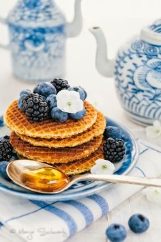 waffles with honey and blueberry. Blueberry Waffles, Pancakes And Waffles, Breakfast Waffles, Blueberry Crisp, Blueberry Breakfast, Eat Breakfast, Café Chocolate, Luxury Food, Eating Clean