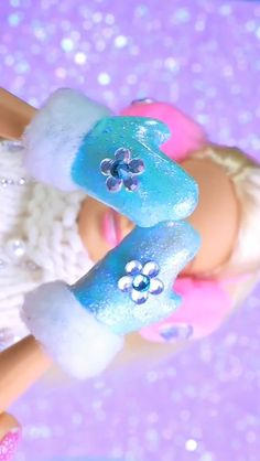 DIY Barbie's Gloves DIY Barbie's Gloves The post DIY Barbie's Gloves appeared first on ulrike. Barbie Dolls Diy, Diy Barbie Clothes, Barbie Clothes Patterns, Barbie Shoes, Barbie Doll House, Barbie Stuff, Doll Shoes, Barbie Dress, Doll Clothes