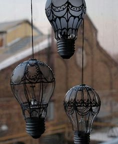 DIY - Old Light Bulbs Turned Into Hot Air Balloons - (In Portuguese, but easy to figure out by the pictures.)