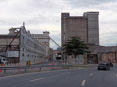 Lá, na área portuária... Aqui temos a vista oposta da foto anterior. Gamboa, Rio de Janeiro, Brasil.
