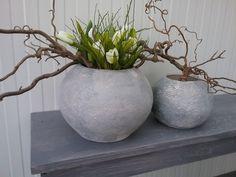 Betonlook vaas met takken en tulpen