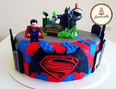 Delicioso pastel de Naranja con tema Batman vs Supermán Lego. #legocake #batmanvssupermancake #fodantcake #cakestagram #supermancake