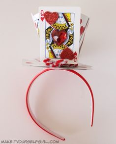 Queen of Hearts Crown Do you love the Queen of Hearts? Want to make your own costume this Halloween? Check out this DIY Queen of Hearts Costume tutorial and be fabulous! Queen Of Hearts Halloween Costume, Queen Costume, Carnaval Costume, Queen Of Hearts Card, Make Your Own Costume, Mad Hatter Party, Mad Hatter Diy Costume, Fantasias Halloween, Heart Diy
