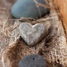 Stilleven: Een stenen hart als symbool. Stockfoto