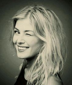 Rosamund Mary Elizabeth Pike is an English actress. Her film roles include Bond girl Miranda Frost in Die Another Day, Jane Bennet in Pride and Prejudice, Helen in An Education, Lisa in Made in Dagenham,Jack Reacher. Rosamund Pike, Beautiful People, Most Beautiful, Beautiful Women, Stars D'hollywood, Bond Girls, Good Looking Women, Mary Elizabeth, British Actresses
