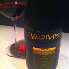 Valdivieso Reserva Pinot Noir 2010. Burgundia to to nie jest, ale jest ok. Jest wanilia, ale beczka (12 miesięcy) wyciągnęła zbyt dużo owocu. Wydaje się też słabo skoncentrowane jak na taką reserve. Ale piję się je przez to łatwiej, zwłaszcza w upał.