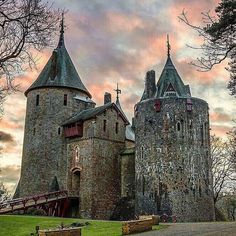 Coch castle, Wales Is a Gothic Revival castle built above the village of Tongwynlais in South Wales. The first castle on the… Beautiful Castles, Beautiful Buildings, Beautiful Places, Chateau Medieval, Medieval Castle, Gothic Castle, Chateau Moyen Age, Welsh Castles, Castle Ruins