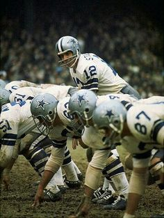 Roger Staubach, quarterback of the Dallas Cowboys vintage years, calls signals in an NFL game. Dallas Cowboys Football, Cowboys Players, Cowboys 4, Football Team, School Football, Football Memes, San Antonio Spurs, Chicago Bulls, Cowboy Love