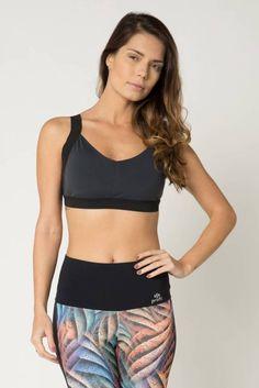 0590b2a625 Top fitness esportivo feminino em tecido cinza com bojo fixo e alças em  elástico espelhado preto