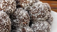 Nut Free Bliss Balls: This is a super easy, quick recipe that makes delicious nut free bliss balls suitable for lunchbox treats or just a little after dinner snack. Chocolate Puro, Chocolate Oats, Baking Chocolate, Chocolate Lovers, Chocolate Coconut Cookies, Cookies Vegan, Coconut Balls, Coconut Oil, Coconut Flakes
