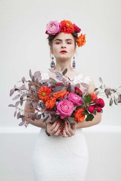 Inspiriert von Frida Kahlo: Malerische Hochzeitsinspiration im mexikanischen… Floral Hair, Floral Crown, Frida Kahlo Wedding, Crown Painting, Flower Headpiece, Floral Headdress, Bouquets, Folk Fashion, Flowers In Hair