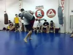 Pelea amateur de un practicante de Muay Thai vs otro de Jiu Jitsu. En esta ocasión gana el grappling y en la mayoría de las ocasiones (no siempre) suele ser así. Existen gran cantidad de vídeos donde el luchador que no golpea es el que vence y eso es algo que el gran público pudo comprobar desde UFC 1, cuando existía la creencia de que las disciplinas de golpeo eran superiores para sorpresa de muchos. No es cuestión de desmerecer a ningún arte marcial, al contrario, todas son válidas en su…