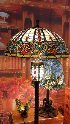 Stained Glass Lamp Shades, Stained Glass Table Lamps, Stained Glass Light, Tiffany Stained Glass, Stained Glass Crafts, Tiffany Glass, Victorian Lamps, Light Art, Bvlgari