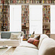 Dans les contremarches des escaliers, tout autour des fenêtres, ou dans l'épaisseur de votre fauteuil... les livres se glissent partout.