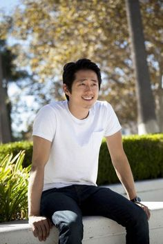 "ACTOR, STEVEN YEUN, OF WALKING DEAD FAME, WAS SEEN PASSING OUT REFRESHMENTS ON THE SIDEWALK, ACROSS THE STREET FROM THE  ""LOS ANGELES COUNTY MUSEUM OF ART"".   OH MY GOSH, ALL THOSE THIRSTY PEOPLE ARE SO DAMN LUCKY!   I'M WAITING FOR MY LUCKY MOMENT TO MEET MY FAVORITE ACTOR'S !   WISH ME LUCK !"