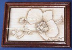 Quadrinho em madeira, com flor pirogravada. www.Facebook.com/FatitArte