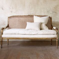 European Home Decor Cane Furniture, Country Furniture, Shabby Chic Furniture, Furniture Design, Furniture Ideas, European Style Homes, European Home Decor, Southern Living Rooms, Vintage Settee