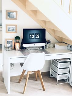 Office under stairs Source by ktiapalm Office Under Stairs, Room Under Stairs, Basement Apartment Decor, Tiny House Stairs, Desks For Small Spaces, Stair Decor, Small House Decorating, Inside Home, Home Office Space