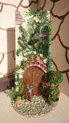 Artesanatos com Telhas de Barro Tile Crafts, Clay Pot Crafts, Miniature Crafts, Rock Crafts, Diy And Crafts, Miniature Houses, Door Murals, Mural Art, Clay Fairy House