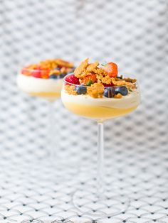 Citronmousse med lemoncurd och mandelcrunch LCHF/Glutenfri Desserts In A Glass, Basil Recipes, Food Print, Tapas, Healthy Snacks, Sweet Treats, Dessert Recipes, Mousse, Food And Drink