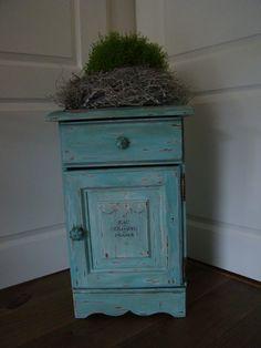 Loes heeft dit oud grenen nachtkastje in Provence, 2x geverfd daarna met een iets wat vochtige keukenschuurspons geschuurd. Oud zeeplabel op het deurtje geschilderd. In de Clear Wax gezet en daarna afgewerkt met Dark Wax.