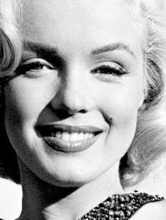 Photos of the sublime, divine and legendary Marilyn Monroe. Between charm, sensuality and glamour. Revisit her life through sumptuous pictures and photos. Some biographies and beautiful photos. A tribute to Marilyn! Classic Hollywood, Old Hollywood, Arte Marilyn Monroe, Marilyn Monroe Portrait, Norma Jeane, Timeless Beauty, Vintage Beauty, Belle Photo, Divas