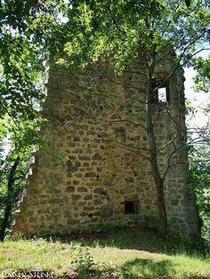 Burgruine Siegenstein.  Die im Bayrischen Vorwald gelegene Burgruine Siegenstein wurde zwischen 1200 und 1300 erbaut.Auf dem 546 m hohen Berg neben der gleichnamigen Ortschaft Siegenstein stehen zwischen Bäumen versteckt die Überreste der trapezförmigen Burganlage seit 1606 ist es eine Ruine.