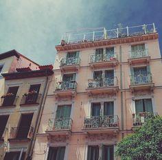 Edificio en el barrio de Malasaña (Madrid) #Madrid #Malasaña #Building #Arquitecture #Pink #Design #Spain #Inspiration