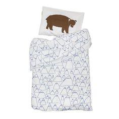 Dit Bruno och Mountains kinder dekbedovertrek is een lieve set voor de Benjamin in de  familie! Het is een combinatie van de twee series Bruno och Mountains en heeft een mooi grafisch patronen dat geïnspireerd is door de Scandinavische natuur. Het dekbedovertrek is gemaakt van biologisch perkelkatoen en is heerlijk zacht om onder te slapen. De set bestaat uit een dekbedovertrek en een kussensloop wordt geleverd in een mooie textielzak met band.