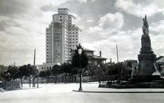 Hospital Xeral desde a praza de España co monumento aos heroes da reconquista