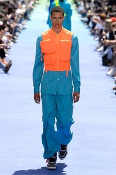 Louis Vuitton Spring 2019 Menswear Fashion Show Collection: See the complete Louis Vuitton Spring 2019 Menswear collection. Look 38 Male Fashion Trends, Latest Mens Fashion, Urban Fashion, Men Fashion, Fashion Blogs, Cheap Fashion, High Fashion, Urban Style Outfits, Fashion Outfits