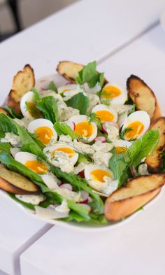Pääsiäisen caesarsalaatti | Maku Avocado Egg, Cobb Salad, Cantaloupe, Salads, Eggs, Healthy Recipes, Fruit, Breakfast, Easter