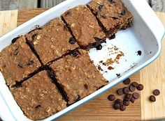 Banana Carob Protein Bars - 1 cup old fashioned rolled oats 1 cup oat flour cup protein powder (I used vanilla brown rice protein powder) 1 T chia seeds (optional) 1 t cinnamon pinch of sea salt (protein powder recipes cinnamon) Banana Protein Bars, Chocolate Protein Bars, High Protein, Chocolate Chips, Banana Granola, Banana Bars, Protein Bread, Banana Nut, Healthy Protein