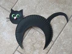 Black hunched paper plate cat